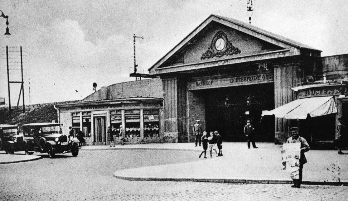 Historische Aufnahme des Bahnhofsportals.