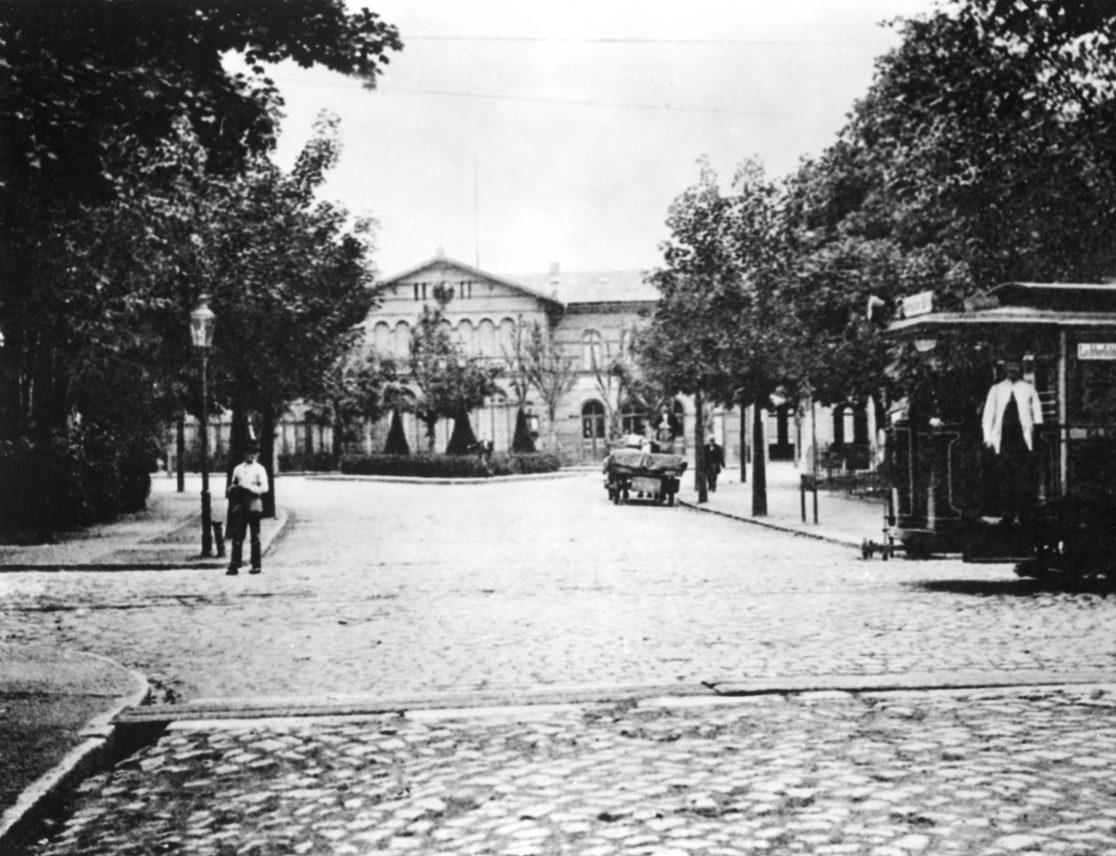 Historische Ansicht vom Jungfernstieg auf das Bahnhofsgebäude.
