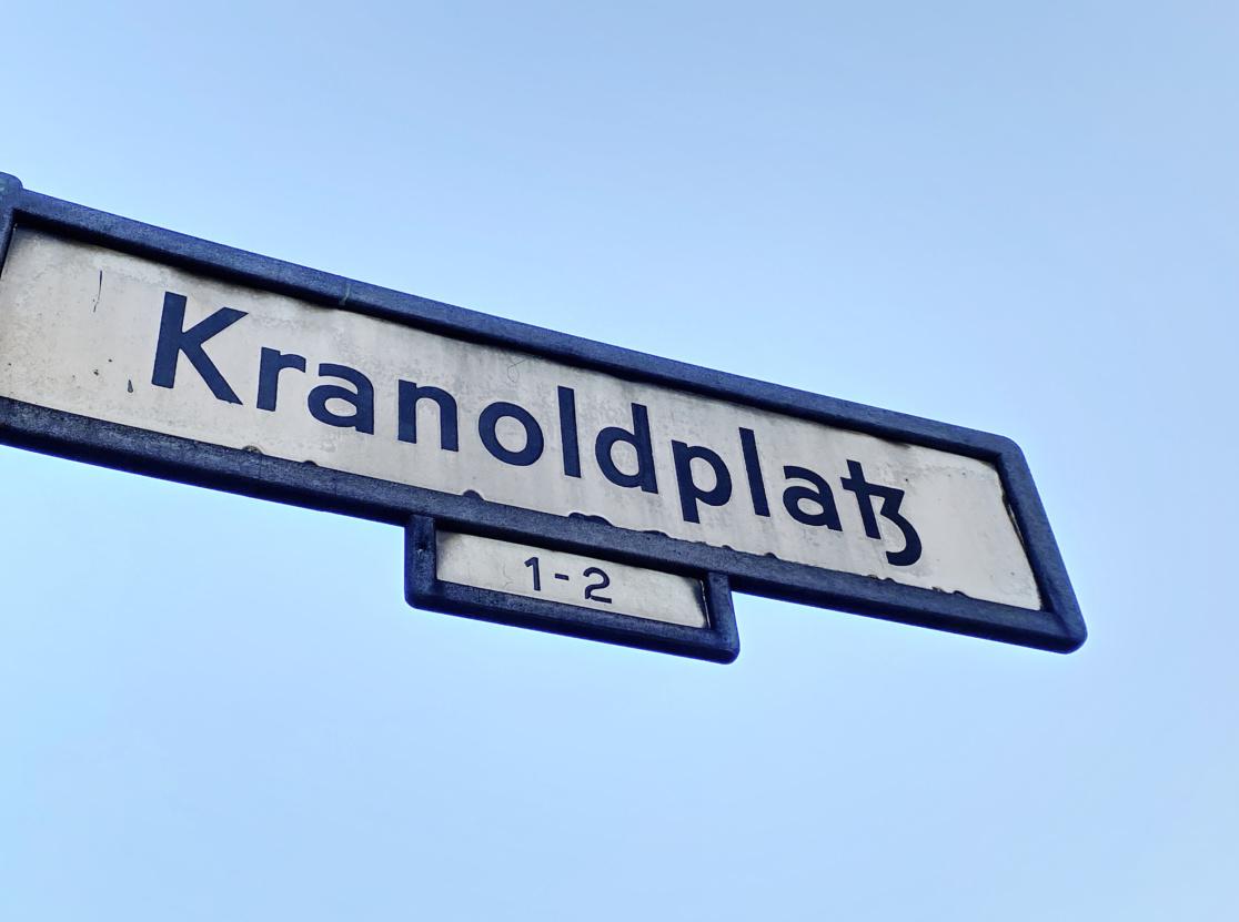 """Straßenschild mit der Aufschrift """"Kranoldplatz"""""""